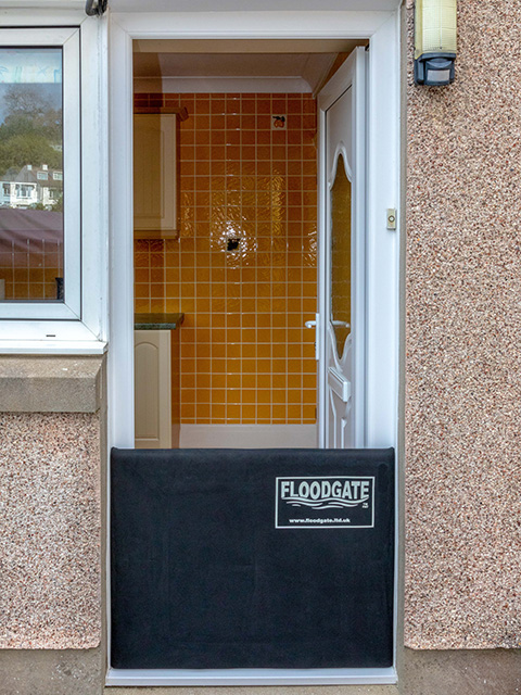 Floodgate in einer Haustür bei Hochwasser
